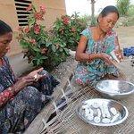 workshop koken met Tharu dames. Sonja vertaalde. Heel gezellig en je leert ook wat over de Tharu, een aanrader.
