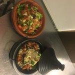 Tagine chèvre frais, fromage de chèvre, tomates, échalotes, olives ,amandes grillées et une salade marocaine pour accompagner se plat estivale ...