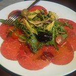 Карпаччо из говяжьей вырезки с салатом из рукколы с черри и авокадо