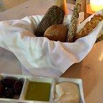 Brood met olijven, citroen olijfolie en schimmelkaas met mayonaise