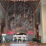 """Chiesetta alla """"Valletta"""" situata nel complesso del Santuario di San Girolamo Emiliani. Da notare che tutta la parete frontale dietro all'altare è la roccia naturale dove la chiesetta è stata costruita."""