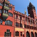 L'hôtel de ville de Bâle sous le soleil. Superbe