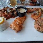 parillade de saumon frais grillé, gambas et tartare de saumon, riz , ratatouille et sauce maison