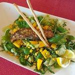 Sałatka z grilowanym łososiem i mango