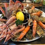 Magnifique assiette de fruits de mer, en particulier huîtres et araignée délicieuses