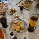 Les olives fraîches épicées ou non, la corbeille de pain frais et croustillant et la fameuse hui