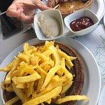 Muy buena antención al cliente, el camarero era muy apañado. Las patatas fritas muy buenas y el pulpo muy tierno