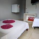 suite familiar cama de casal e uma cama de solteiro. com ar condicionado televisão e frigobar.