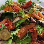 de zalmwrap wordt open geserveert met heerlijke licht ingemaakte en gegrilde groenten