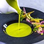 Zöldborsó krémleves, tejszínes borjúgaluska, kovászolt cukorborsó, fürjtojás