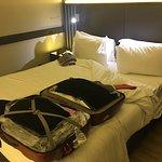 la camera piccola: come si vede il letto è poco più largo della valigia.