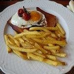 Fleischkäse gebraten mit Spiegelei, Spinat und Pommes