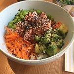 Poke con salmone, avocado, carote, riso e edamame