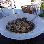Al diving del Coral Bay, risto-bar collegato al ristorante La Terrazza,un piatto di spaghetti alle vongole veramente da leccarsi i baffi.
