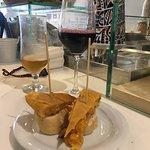 Tapa de tortilla acompañando a un ribera de Duero