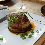 Steak na lávovom kameni s tromi omáčkami