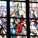 """le vitrail """"Saint Pierre guérissant un boiteux"""". Vitrail réalisé par messieurs Megnen, Clamens et Bordereau d'Angers en 1892, d'après des dessins de Victor Levache. En haut du vitrail, Notre Seigneur remettant les clefs à Saint Pierre."""