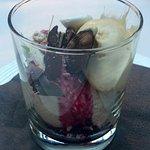 Mousse van Rubychocolade met kaneel merengue, hazelnotenijs en chocoladeschotsen