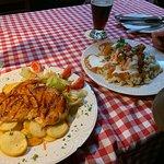 Курица на гриле с картофелем и салатом