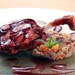 Confit de pato glaseado, cous cous de frutos secos y salsa Cumberland