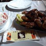 Pileca krilca + pomfrit +sopska salata