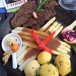 Hirschbraten mit Spargel und brauner Butter