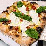 Pizza con Fiori Di Zucca, Stracciatella, Alici e Datterini