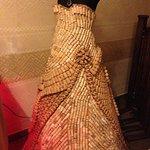 дама в платье из пробок на ресепшине