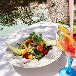 Delicious salad with shrimp and mango + white sangria
