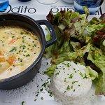 Cassolette de fruits de mer avec du riz basmati et salade