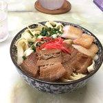 大盛りの平麺。ボリュームに目を見張りましたが、すごくあっさりしていて食べやすく、満腹になりました。