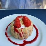Charlotte aux fraises et coulis de framboise