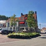 Hotel/restaurant/fietscafé : momenteel gesloten voor renovatie. Gelegen op de hoek van de Sluissestraat. Schuins over restaurant Céleste. Op het dorpsplein ook mooi antiekzaakje. Rechtover hotel plein 10.