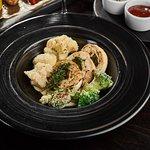 Курячий крученик з гарніром з броколі та цвітної капусти Chicken roll with broccoli & cauliflower garnish