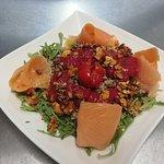 Salade du moment Ici quinoa bio, truite fumée, fruits secs torréfiés, vinaigrette de fruits rouges.