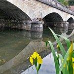 Une belle église dans un charmant village. Une promenade dans ce village authentique, vert et fleuri, traversé par La Claise, permet de découvrir un calvaire original près d'une fontaine et d'une source miraculeuse.