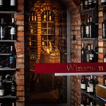"""Winarium - nasza """"piwniczka"""" z dwiema strefami.  Wina czerwone przechowywane w temp 16-18 stopni, białe, wzmacniane oraz mocne trunki 7-10 stopni."""