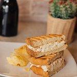 Queso crema, blue cheese, mayonesa, tocino y manzana, en pan campesino.  APPLE CHEESE