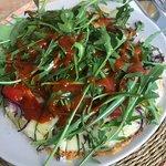 Arepa mit Käse, Gemüse und Chili-Soße