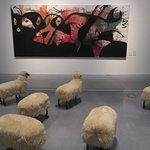 """""""Troupeau de moutons"""" (1965/79) par François-Xavier LALANNE (1927-2008) devant """"Personnages et oiseaux dans la nuit"""" (1974) par Joan MIRO (1893-1983)"""