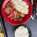 Chicharrones com salada de batata (maionese)
