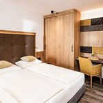 Kategorie Flieder - 18m² kleines Doppelzimmer mit  allergikerfreundlichem Vinylboden in Holzoptik, Flat Tv, großem Süd/Westbalkon mit wunderbarem Panoramablick uvm...