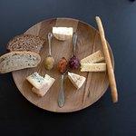 Eine Auswahl unserer Rohmilchkäse mit hausgemachten Chutneys