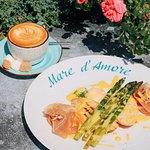 Идеальный завтрак с хрустящими гренками в нежном голландском соусе со спаржей на гриле, где вершит яйцо пашот!