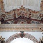 Detalhes do arco-cruzeiro e a bela pintura com ilusão de profundidade do teto
