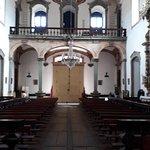 A nave central e o piso em campas da Matriz de Nossa Senhora do Bonsucesso