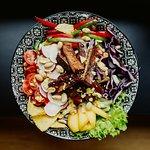 Tofu mit Erdnüsse, Rotkohl, Tomaten, Paprika und vielen mehr. Unsere Karte wechselt alle 4-5 Wochen.