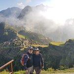 """Principal ponto turístico do Peru e Patrimônio Mundial da UNESCO, Machu Picchu é o sonho de viagem de muita gente. Do alto de seus 2.400 metros de altitude, a """"cidade perdida dos Incas"""" é repleta de história e misticismo e requer bastante preparo para chegar até ela.  Veja a seguir dicas essenciais para sua viagem para Machu Picchu e como curtir ao máximo esse passeio inesquecível. Equipe Viagens Machu Picchu"""