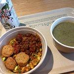 rijst met falafel en auberginecompote en courgettesoep + kokoswater