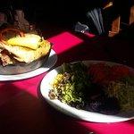 основное блюдо и тарелка с овощами